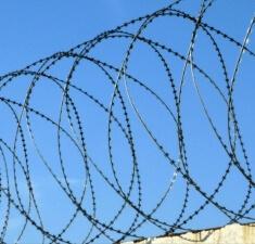 Спиральный барьер безопасности из армир. колючей ленты, бухта 900мм 4,2 витков в п.м, клепок- 5 ГОСТ 3282-74 (10м)